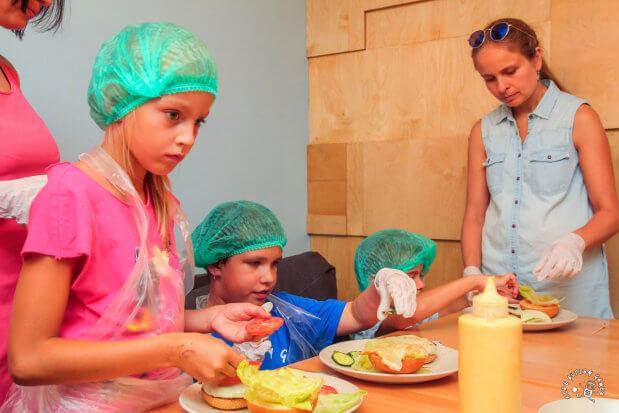 Прес-реліз: Як особливі діти бургери готували. київ, аутизм, кулінарія, проект handmadecharity, проект kids autism games