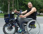 """Коли взяв за життєве кредо """"Лише вперед"""" – зупинятися ніколи. диспетчер, захоплення, наметове містечко, спортивна риболовля, інвалідний візок, outdoor, tree, bicycle, road, person, riding, bicycle wheel, wheel, bike, land vehicle. A man riding on the back of a bicycle"""