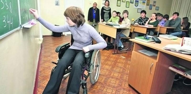 Італійські експерти допомагатимуть чернівецьким вчителям впроваджувати інклюзивну освіту. чернівці, інвалідність, інклюзивне навчання, інклюзія, італійські експерти, person, floor, indoor, clothing, furniture, chair, table, desk, computer, wheelchair. A group of people in a room
