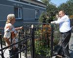 Після страшної дорожньо-транспортної пригоди жінка не втратила віри в майбутнє. вд фсс, підволочиськ, лікування, соціальна реабілітація, інвалідність, outdoor, person, bicycle, bicycle wheel, net. A man standing next to a fence