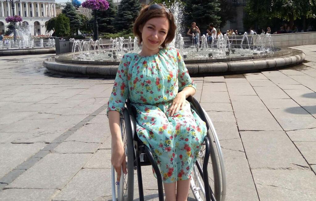 Киянка з інвалідністю викликала поліцію, аби вибратися з недоступного будинку. юлія миронюк, пандус, поліція, інвалід, інвалідність, ground, outdoor, person, clothing, girl, woman, little, dress, young, human face. A little girl standing in front of a building