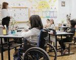 Что несет школам Славянска закон об инклюзивных формах обучения?. славянск, инвалид, инклюзивное образование, особыми образовательными потребностями, інтеграція, person, table, indoor, furniture, clothing, chair, desk, classroom, whiteboard, wheelchair. A group of people sitting at a table