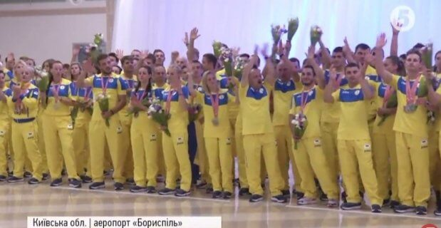 """Дзвін золота та сюрпризи: як в """"Борисполі"""" зустрічали українську переможну збірну. дефлімпіада, спортсмен, сюрприз, інвалід, інвалідність"""