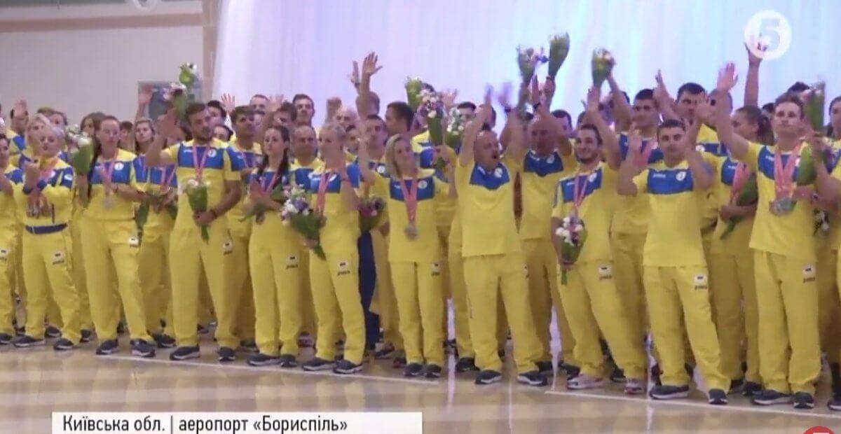"""Дзвін золота та сюрпризи: як в """"Борисполі"""" зустрічали українську переможну збірну (ВІДЕО)"""