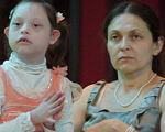 Как защитить права инклюзивного ребенка в школе. буллинг, дискримінація, инвалидность, инклюзивный класс, инклюзия, person, human face, indoor, baby, clothing, toddler, girl, child, smile. A woman holding a baby