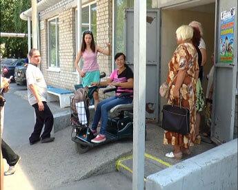 В городе протестировали входы в госучреждения (ФОТО). мелітополь, доступность, инвалидность, маломобильный, пандус, clothing, footwear, person, outdoor, jeans, woman, girl, trousers. A group of people on a sidewalk