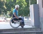 Учреждения культуры проверят эксперты по доступности – хотят понять могут ли колясочники попасть, например, в музеи (ВИДЕО). харків, доступність, заклади культури, обмеженими можливостями, інвалідність, outdoor, tree, wheel, riding, wheelchair, land vehicle, bicycle wheel, person, bicycle. A man riding on the back of a bicycle