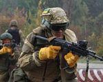 Дев'ятеро учасників АТО представлять Україну в марафоні морської піхоти США цього року. марафон морської піхоти сша, брифінг, команда, протез, учасник ато, outdoor, person, rifle, helmet, army, weapon, firearm, shotgun, military, airsoft. A man wearing a uniform