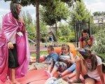 На одном языке. Чему взрослые могут поучиться у детей. инвалид, инвалидность, инклюзивный лагерь space camp, инклюзия, фотопроект, outdoor, tree, sky, person, clothing, playground, smile, human face, family, girl. A group of people sitting at a park
