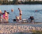 Херсонка, передвигающаяся на инвалидной коляске, рассказала, как она посетила Гидропарк (ФОТО). гидропарк, херсон, доступность, инвалид, инвалидность, outdoor, water, sky, person, bicycle, beach, people, lake, shore, family. A group of people on a boat in the water