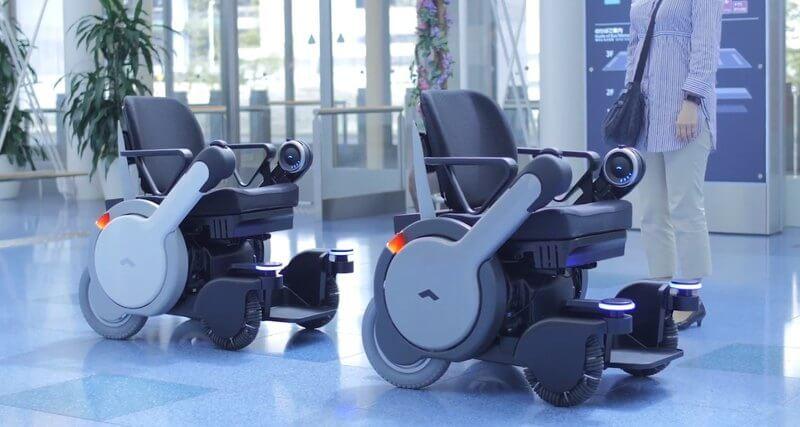 Cамоуправляемые инвалидные коляски в японском аэропорту (ВИДЕО)