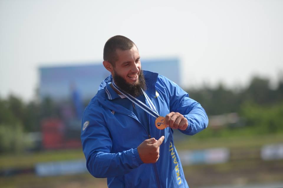 Українські параканоїсти стали третіми на чемпіонаті світу. змагання, параканое, паралімпійська збірна, спортсмен, чемпіонат світу, person, sky, outdoor, clothing, human face, man, blue. A man in a blue uniform holding a baseball bat