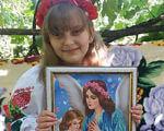 14-річна дівчинка з діагнозом ДЦП вишиває ікони та сорочки. дцп, тетяна копакинська, вишивання, картина, навчання, human face, little, clothing, girl, smile, child, person, painting, flower, baby. A little girl sitting on a table