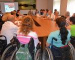 Заклади області обладнають для людей з особливими потребами. полтава, доступність, меморандум, особливими потребами, інвалід, person, clothing, woman, table, group, people, wheelchair, crowd. A group of people sitting at a table