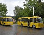 Навчально-реабілітаційний центр Святого Миколая отримає спеціалізований шкільний автобус (ФОТО). брюховичі, особливими потребами, перевезення, презентація, шкільний автобус, tree, yellow, outdoor, bus, road, transport, land vehicle, driving, school, tour. A yellow school bus driving down a street