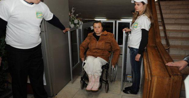 У Харкові проінспектували доступність установ культури для людей з інвалідністю. харків, доступність, засідання, інвалідність, інспекція, person, floor, indoor, clothing, ceiling, footwear, man, smile. A group of people standing in a room