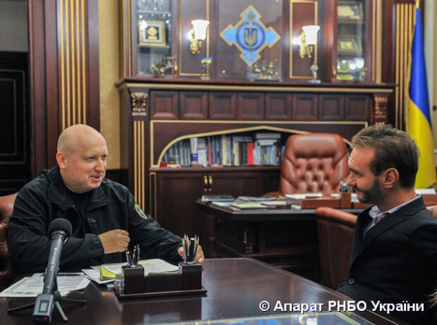 Секретар РНБО України Олександр Турчинов провів зустріч з Ніком Вуйчичем. ник вуйчич, олександр турчинов, зустріч, поранення, інвалідний візок