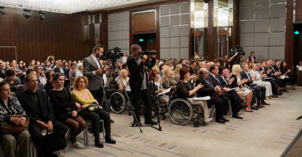 У Харкові готові супроводжувати роботодавців та людей з інвалідністю на всіх етапах працевлаштування. харків, експертна група, працевлаштування, роботодавець, інвалідність, person, clothing, man, woman, people, wheelchair, group, footwear, crowd, hall. A group of people sitting in front of a crowd