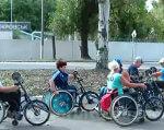 До рекордів – на інвалідних візках. У Покровську пройшли змагання спинальників (ВІДЕО). покровск, змагання, особливими потребами, спинальник, інвалід, outdoor, tree, wheel, bicycle wheel, land vehicle, vehicle, sports equipment, bike, transport, group. A group of people riding on the back of a bicycle