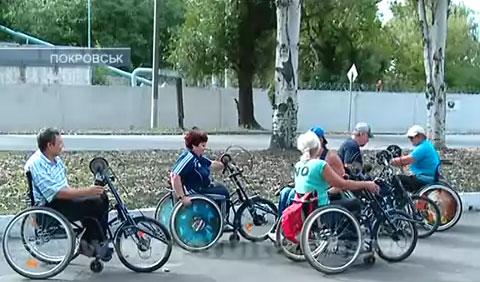 До рекордів – на інвалідних візках. У Покровську пройшли змагання спинальників (ВІДЕО)