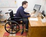 Інвалідність не стала на заваді бажанню працювати. новгородка, працевлаштування, центр зайнятості, інвалід, інвалідність, floor, indoor, person, furniture, wheelchair, desk, computer, table, chair. A man sitting at a desk