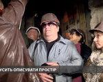 У Львові вперше влаштували екскурсію для незрячих у підземелля (ВІДЕО). львів, екскурсія, незрячий, підземелля, інвалід, person, human face, clothing, glasses, man, people, standing, smile, jacket. A group of people wearing costumes