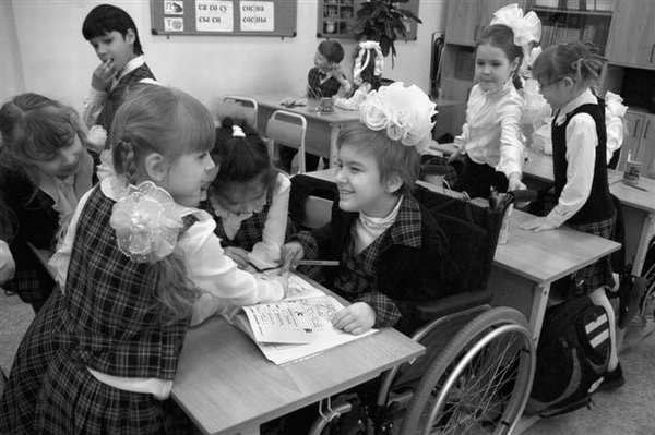 Цьогоріч до шкіл області підуть більше 250-ти дітей із особливими потребами. харківщина, асистент учителя, незрячий, особливими потребами, інклюзивне навчання, person, child, toddler, baby, indoor, clothing, little, black and white, girl, family. A group of people standing next to a little girl sitting at a table