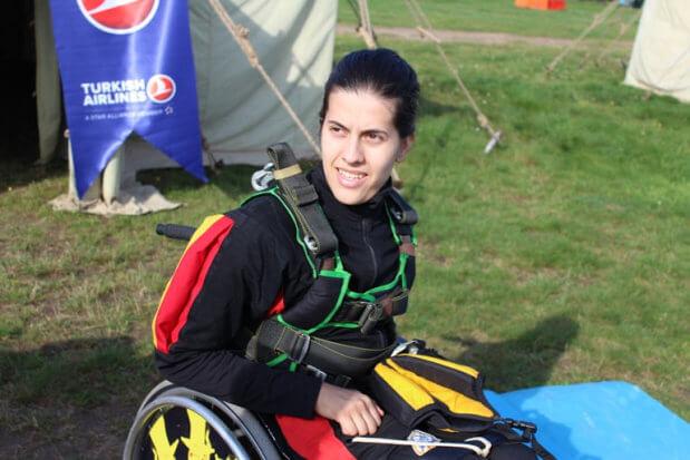 Українка на візку представила свою країну на Міжнародному змаганні зі стрибків з парашутом серед людей з інвалідністю. білорусь, софія грубова, змагання, парашут, інвалідність