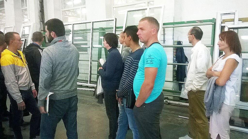 Ярмарок вакансій: ТОВ «Тервікнопласт» запропонувало 110 робочих місць, у тому числі й для інвалідів. тов тервікнопласт, тернопіль, центр зайнятості, ярмарок вакансій, інвалід, person, clothing, jeans, man, indoor, shirt, standing, trousers, people, group. A group of people standing in a room