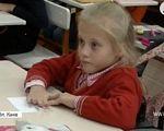 """""""На руках носять"""": як школа перетворила життя 10-річної Насті на візку на казку (ВІДЕО). канів, настя капустинська, особливими потребами, інвалідний візок, інклюзивна освіта, person, indoor, table, toddler, sitting, baby, child, clothing, human face, little. A small child sitting on a table"""