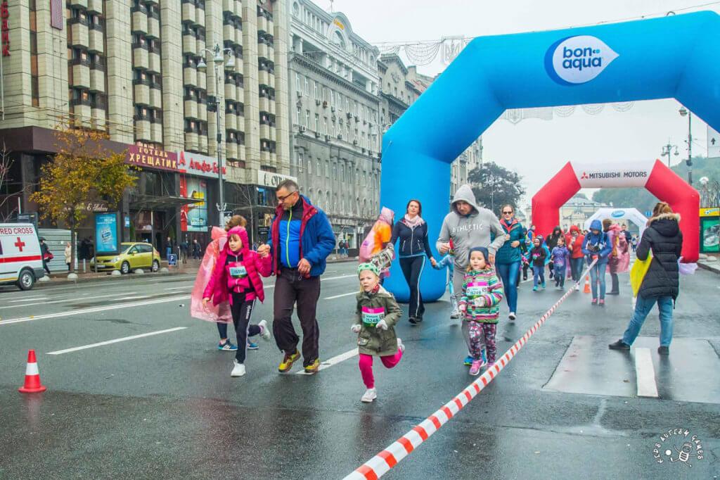 Прес-реліз: 50 дітей з аутизмом взяли участь в Wizz Air Kyiv City Marathon. wizz air kyiv city marathon, київ, аутизм, дитячий забіг, проект kidsautismgames, footwear, road, outdoor, clothing, person, marathon, woman, dance, way. A group of people walking down the street