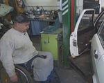Унікальне СТО для водіїв з обмеженими можливостями (ВІДЕО). сто, авто, обмеженими можливостями, ручне керування, інвалідний візок, indoor, cluttered. A man sitting in a car