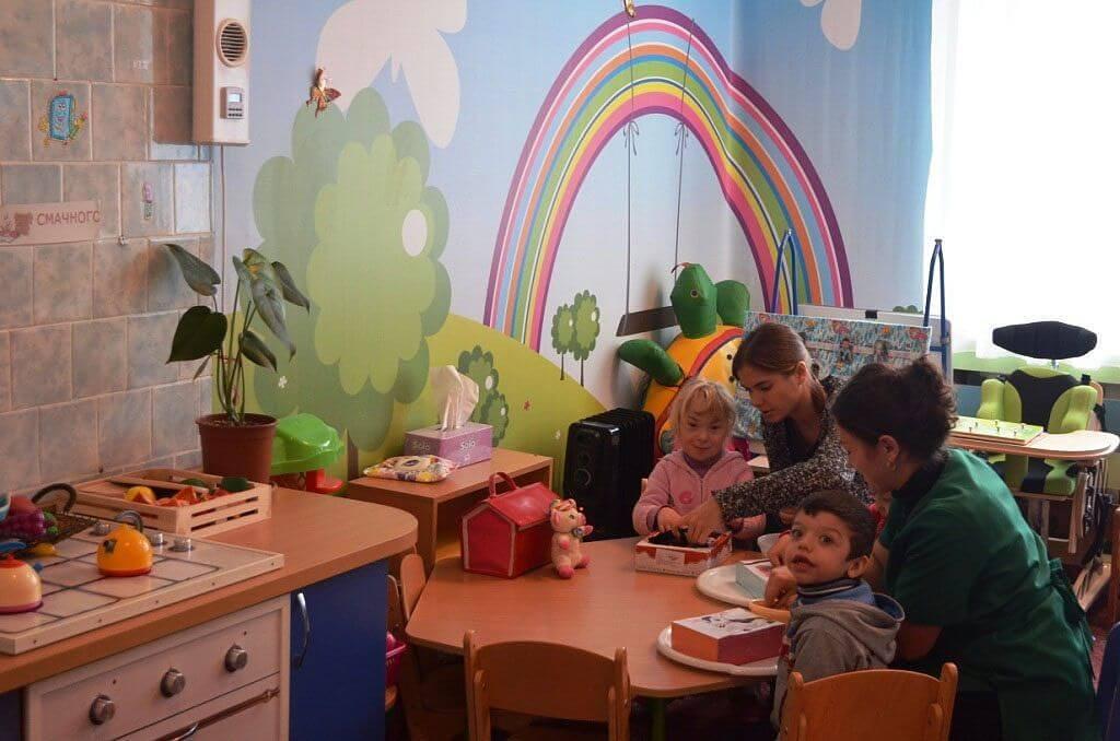 Нові можливості та перспективи Центру соціальної реабілітації дітей-інвалідів. житомир, адаптація, дитина-інвалід, особливими потребами, інвалідність, person, indoor, toddler, table, furniture, child, clothing, baby, balloon, human face. A group of people sitting at a table