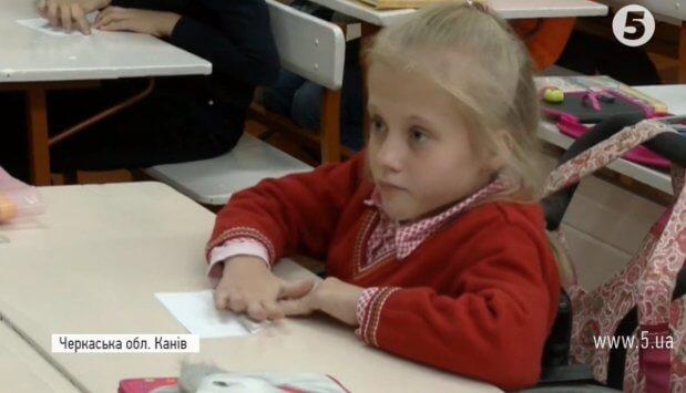 """""""На руках носять"""": як школа перетворила життя 10-річної Насті на візку на казку. канів, настя капустинська, особливими потребами, інвалідний візок, інклюзивна освіта"""