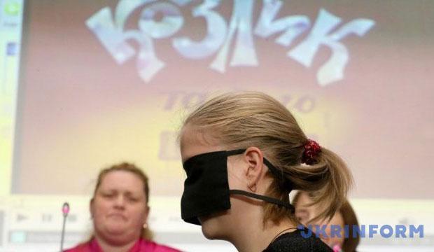 Який ти на вигляд, мультяшний герой? Анімація, що допомагає незрячим дітям відчути навколишній світ (ВІДЕО). адаптація, аудіодескрипція, мультик, незрячий, інвалід, person, human face, clothing, fashion accessory, woman, glasses. A man and a woman looking at the camera