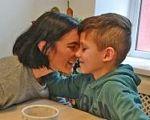 """Олеся Яскевич: """"Волонтеры-подростки легко находят подход к детям с инвалидностью, будто чувствуя сердцем, что нужно делать"""". олеся яскевич, инвалидность, инклюзивный лагерь, фонд бачити серцем, эпилепсия, child, person, food"""