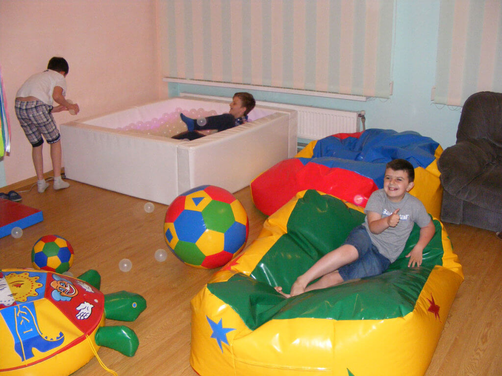 Сенсорна кімната в «Добродії Калуській» допомагає процесу реабілітації (ФОТО). дцп, калуш, аутизм, заняття, сенсорна кімната, toddler, indoor, baby, playground, ball, child, boy, toy, play, person. A group of people sitting in a bedroom
