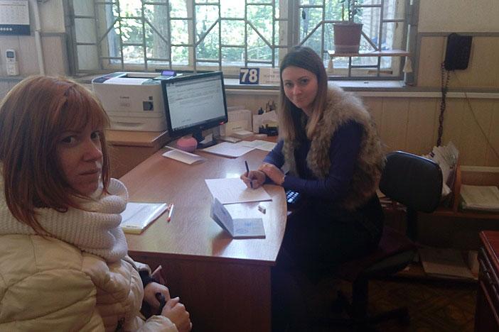 Маріупольчанці з інвалідністю допомогли знайти роботу. мариуполь, вакансія, консультант, центр зайнятості, інвалідність, person, indoor, computer, window, desk, furniture, laptop, human face, table. A woman sitting at a table in front of a window