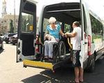 """Службою """"Інватаксі"""" в 2017 році було прийнято майже 4 тисячі заявок (ВІДЕО). інватаксі, харків, доступність, інвалідний візок, інвалідність, road, outdoor, bus, land vehicle, vehicle, sky, wheel, person, car, transport. A person standing next to a bus"""