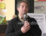 Служба супроводу людей з інвалідністю розпочала свою роботу у Слов'янську (ВІДЕО). го дотик, слов'янськ, служба супроводу, інвалід, інвалідність, person, human face, clothing, man, microphone. A man holding a sign posing for the camera