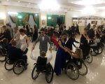 На Івано-Франківщині відбувся осінній бал для людей з обмеженими фізичними можливостями (ФОТО). івано-франківщина, мальтійський приятельський бал, обмеженими фізичними можливостями, танець, інвалідний візок, person, indoor, wheelchair, group, people, ceiling, woman, crowd, line, several. A group of people standing in front of a crowd