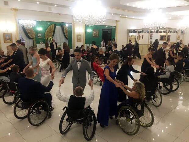 На Івано-Франківщині відбувся осінній бал для людей з обмеженими фізичними можливостями. івано-франківщина, мальтійський приятельський бал, обмеженими фізичними можливостями, танець, інвалідний візок