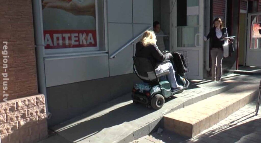 Ревизоры на колясках проверили доступность аптек (ВИДЕО). мелітополь, аптека, доступность, инвалидность, проверка, outdoor, person, footwear, wheel, luggage and bags, clothing, tire, land vehicle, street, baby carriage. A person standing in front of a building