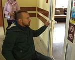 Ужгородські заклади перевіряють на доступність для людей з обмеженими можливостями (ВІДЕО). дмитро щебетюк, ужгород, доступність, обмеженими можливостями, інвалідність, person, indoor, clothing, door. A man standing in front of a door