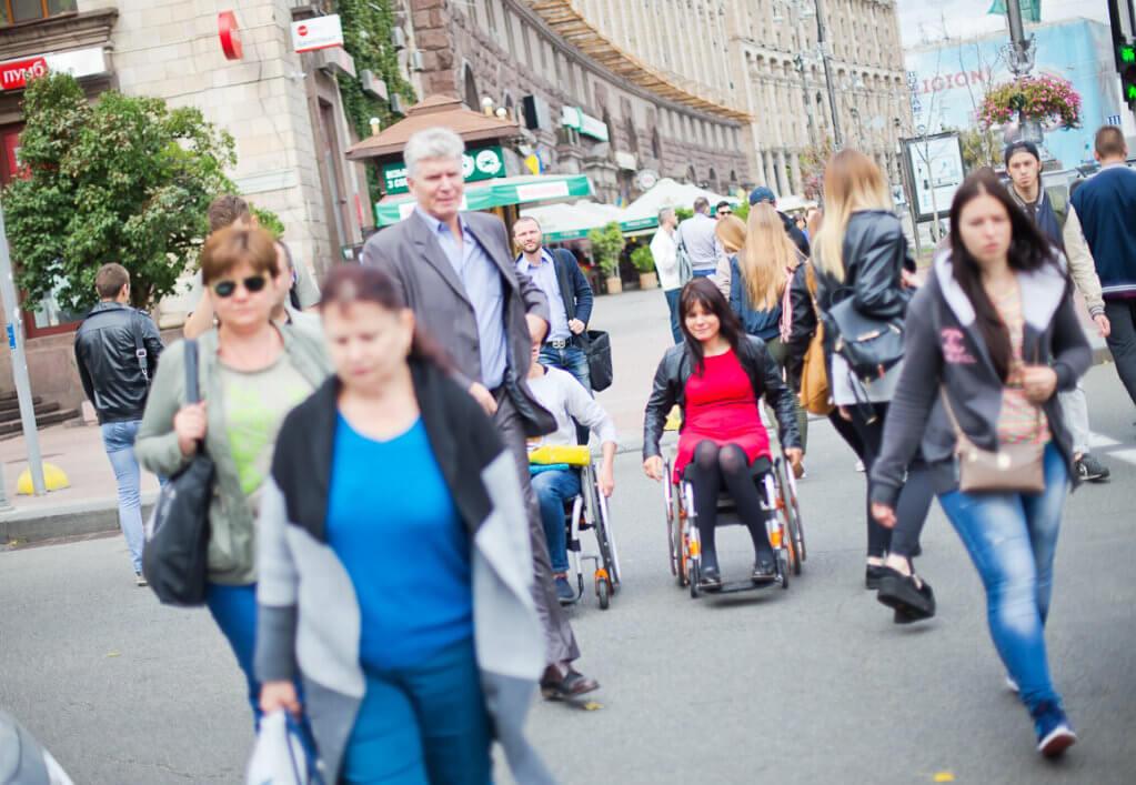 «Незалежне життя людей з інвалідністю: перспектива розвитку інклюзивного суспільства». доступність, незалежне життя, самореалізація, інвалідність, інклюзія, person, road, outdoor, building, clothing, footwear, street, smile, people, way. A group of people walking down the street