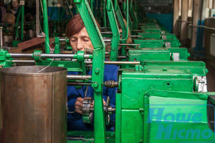 У Дніпрі відкрили унікальний клуб для людей із вадами зору. дніпро, вади зору, клуб, інвалідність, інтеграція, green, person, miller. A close up of a machine