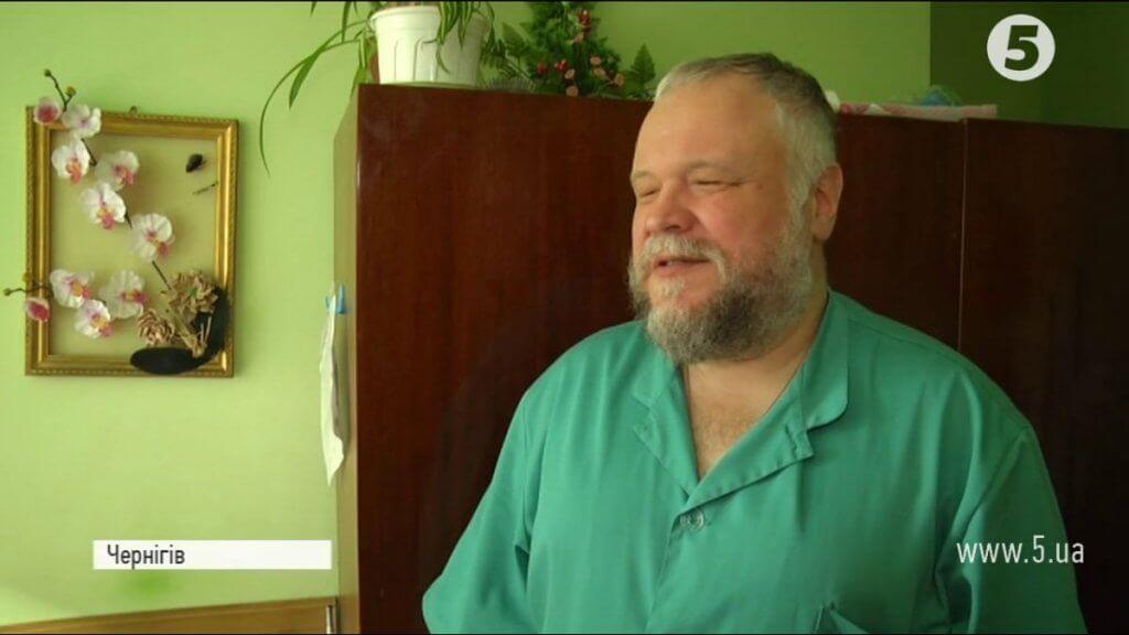 Відчуває хворобу на дотик: В Чернігові незрячий масажист ставить на ноги паралізованих пацієнтів (ВІДЕО). максим нєгров, чернігів, масажист, незрячий, тактильна чутливість, person, man, wall, human face, indoor, green, clothing, human beard. A man in a green shirt