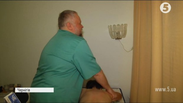 Відчуває хворобу на дотик: В Чернігові незрячий масажист ставить на ноги паралізованих пацієнтів. максим нєгров, чернігів, масажист, незрячий, тактильна чутливість