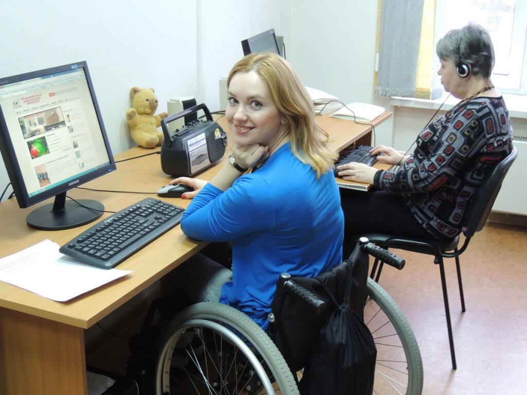 «Гарна робота, вчасно виплачена заробітна плата, спілкування з людьми – це саме те, що потрібно мені». світловодськ, працевлаштування, соціальний захист, центр зайнятості, інвалідність, person, indoor, woman, laptop, desk, computer. A woman sitting at a desk in front of a computer