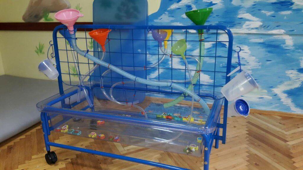 """У центрі """"Особлива дитина"""" маленькі буковинці зможуть займатися на модулі з водою (ФОТО). комплекс akvatep, подарунок, тренування, центр особлива дитина, інвалід, painting, child art, indoor, floor, drawing, art, blue. A blue vase on a table"""
